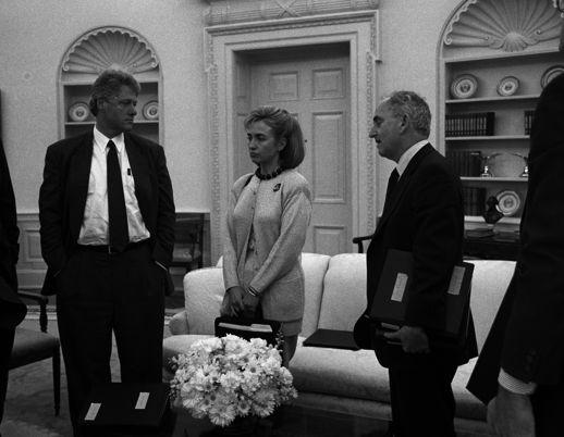 Bill en Hillary in de Oval Office in 1993 - (c) William J. Clinton Presidential Library