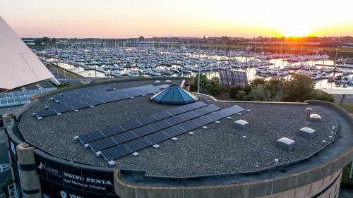 Installation photovoltaïque sur le toit du plus grand port de plaisance d'Europe du Nord