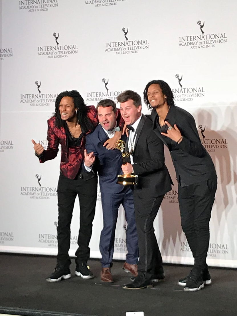 Adriaan Van den Hoof en Kamiel De Bruyne samen met Les Twins, die de prijs voor Non-scripted entertainment uitreikten (c) VRT