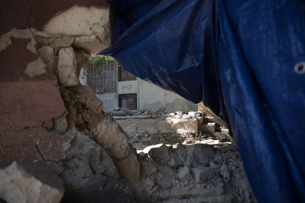 Dit gebouw in Bin Ashour werd vernield bij een aanslag door onbekende milities tijdens gevechten in Tripoli op 26 augustus. © AZG