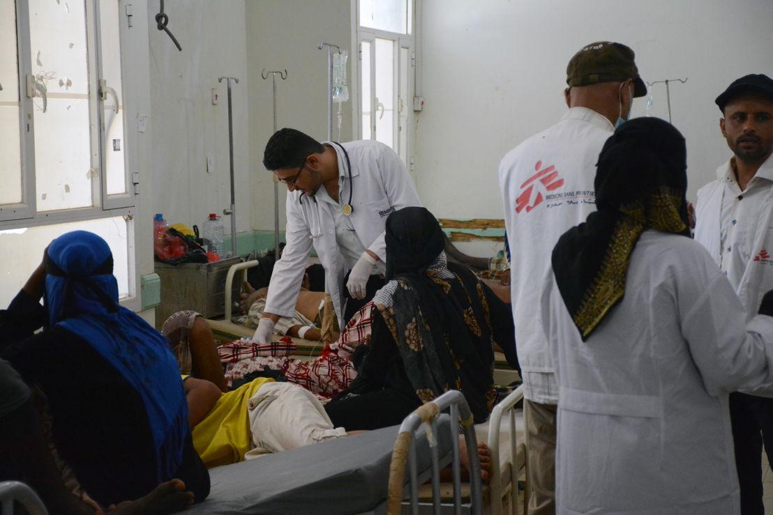 지난 6월, 예멘 콜레라 확산으로 긴급 대응에 나선 국경없는의사회 팀. 아덴의 콜레라 치료 센터에서 환자들을 돌보고 있는 모습. Malak Shaher/MSF