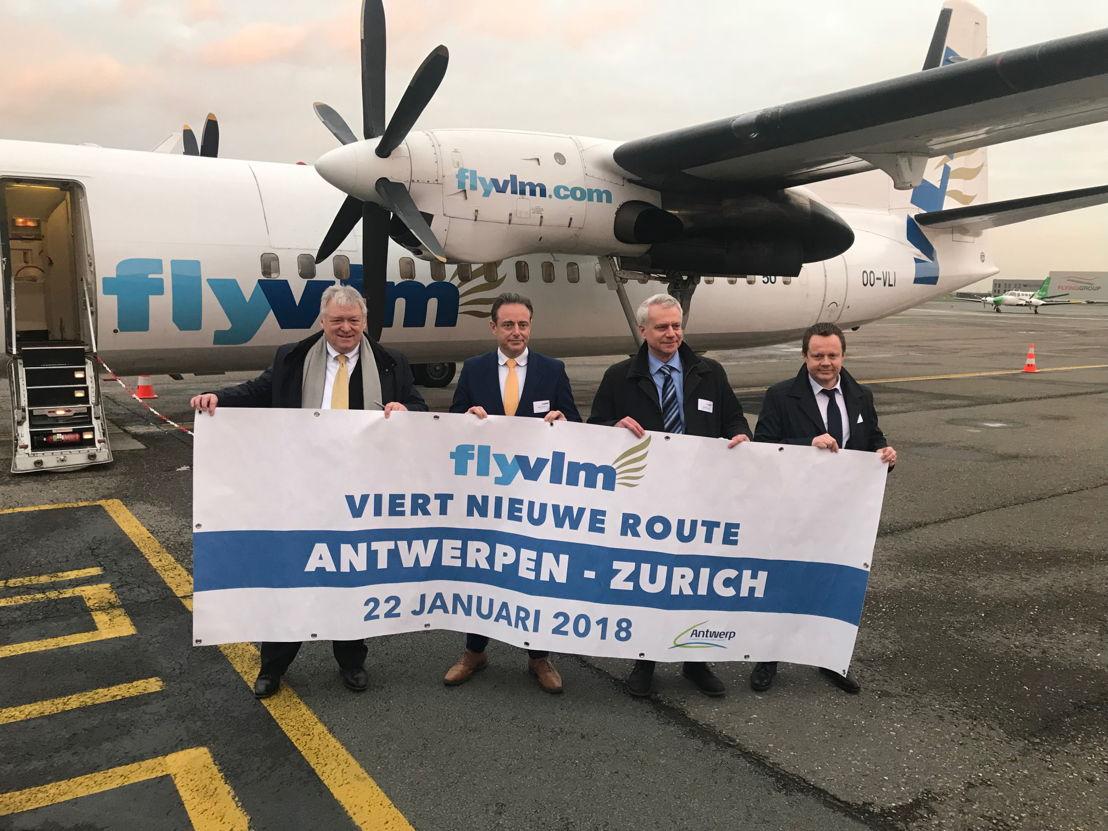 (vlnr): Marcel Buelens (CEO Antwerp Airport), Bart De Wever (burgemeester van Antwerpen), Carl Runge (COO VLM Airlines) en Karl Rickard (CEO VLM Airlines)