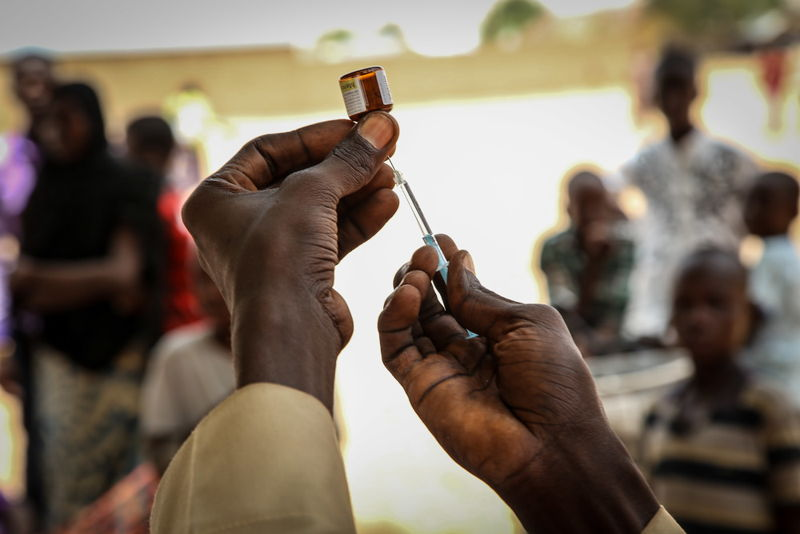 An MSF worker prepares a dose for the injection of a vaccine against meningitis in Damaturu, Yobe state, Nigeria. Photographer: Igor Barbero/MSF
