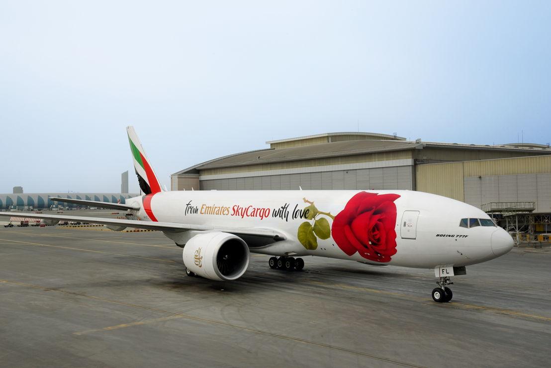 طائرة الإمارات للشحن الجوي تحمل ملصقاً ضخماً لوردة على هيكلها الخارجي