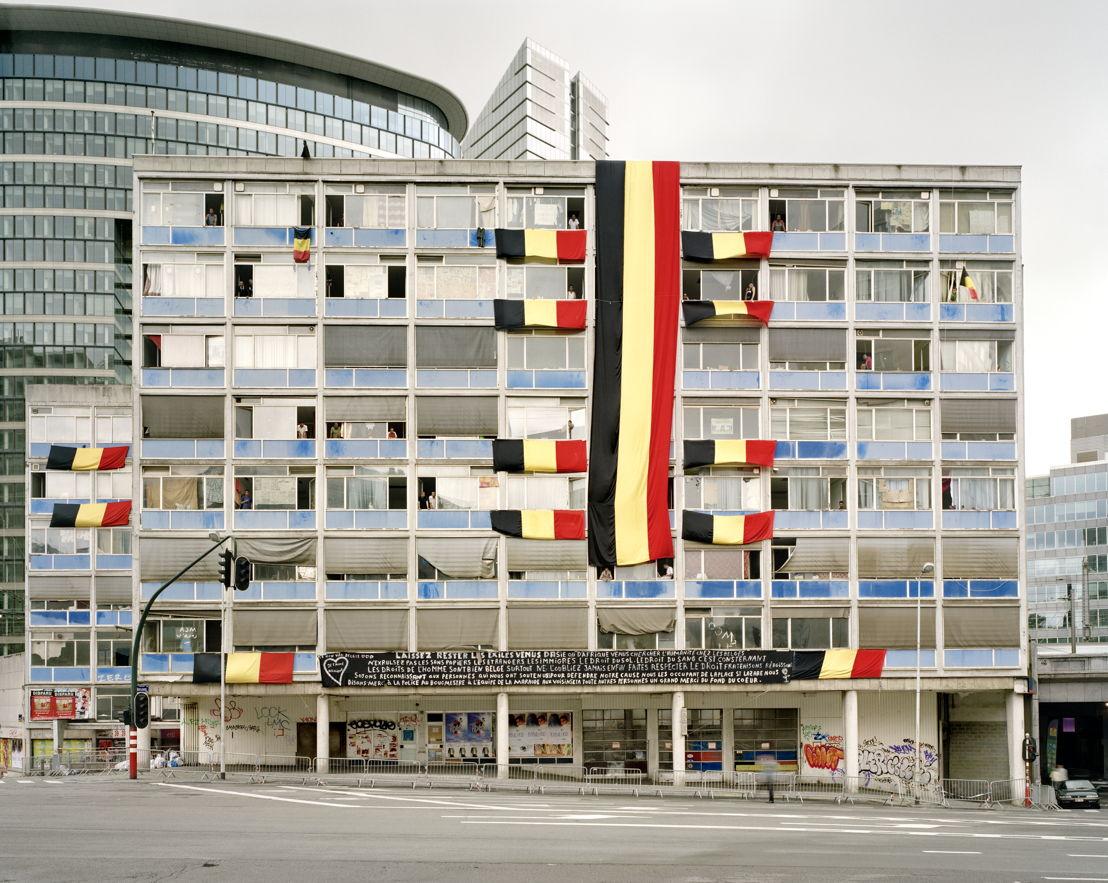Collectie In Transit - Annemie Augustijns (BE, 1965), Refugees in blue building, Brussels, 2009. Chromogene afdruk, P/2017/46, FOMU Verwerving, 2017.