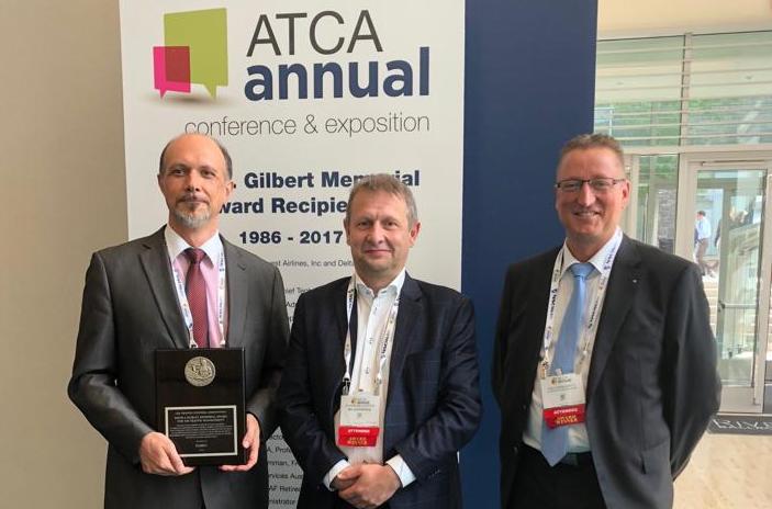 Johan Decuyper (in het midden) ontvangt namens FABEC prestigieuze ATCA-award in VS