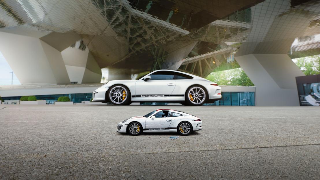 Un Porsche armado con piezas de un rompecabezas 3D