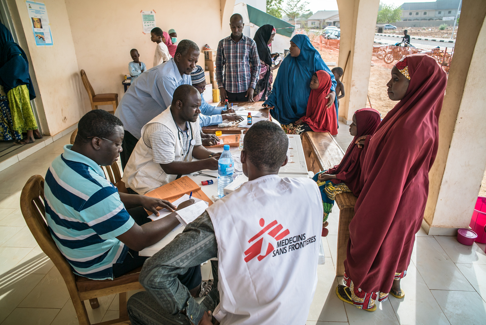 Members of MSF Nigeria Emergency Response Unit (NERU) precede to make the triage to the people arriving in the meningitis treatment center run by MSF in Sokoto Mutalah Mohamad Hospital. Photographer: Fabrice Caterini - INEDIZ/MSF