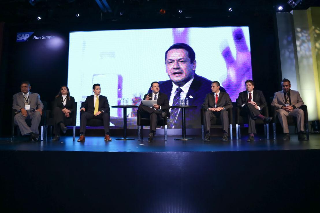 Max Rojas, director de empresas en crecimiento de SAP México moderó el panel de clientes de Time to Tell