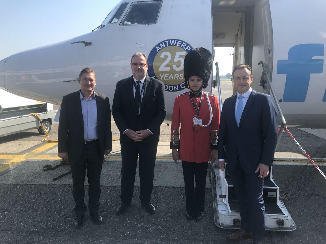v.l.n.r. meesterchocolatier Erik Goossens, luchthavencommandant Wim Verbist en burgemeester Bart De Wever