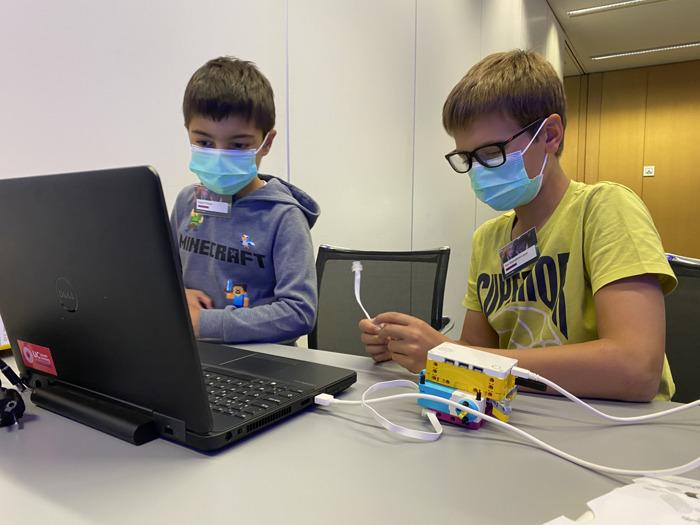 Les enfants font connaissance avec le métier de leurs parents au cours d'ateliers interactifs