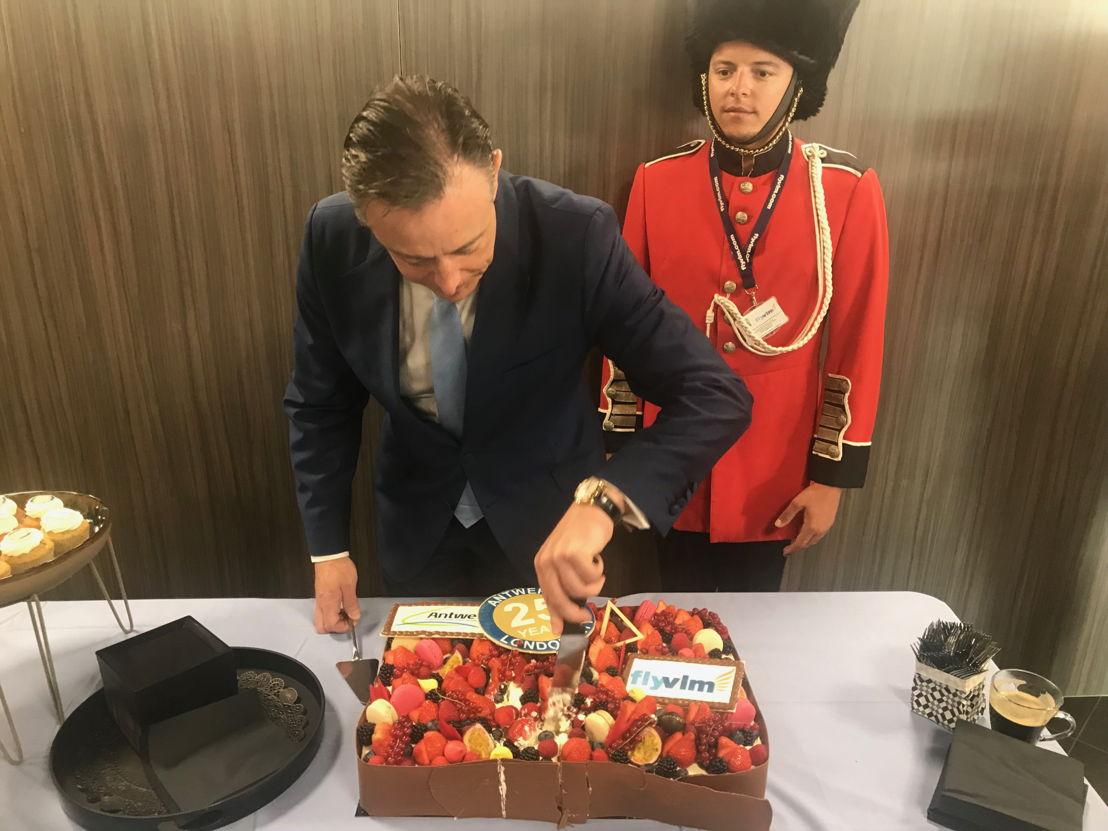 Burgemeester De Wever snijdt de verjaardagstaart aan