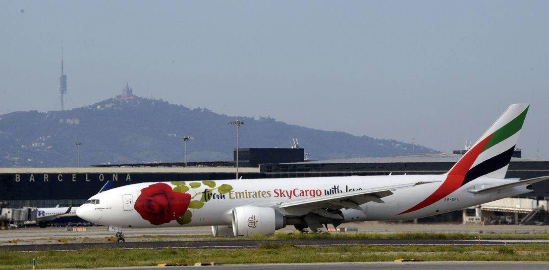 """روزي، إحدى طائرات الإمارات للشحن الجوي، تزور برشلونة احتفالاً بيوم """"الوردة"""""""