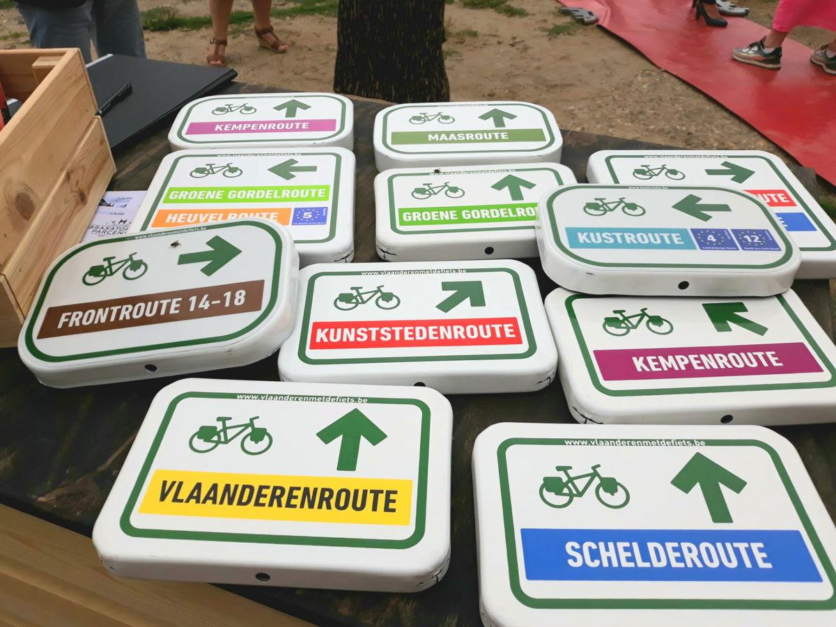 De fietsborden van de 9 icoonroutes die Vlaanderen als topvakantiebestemming voor fietsers moeten uitbouwen