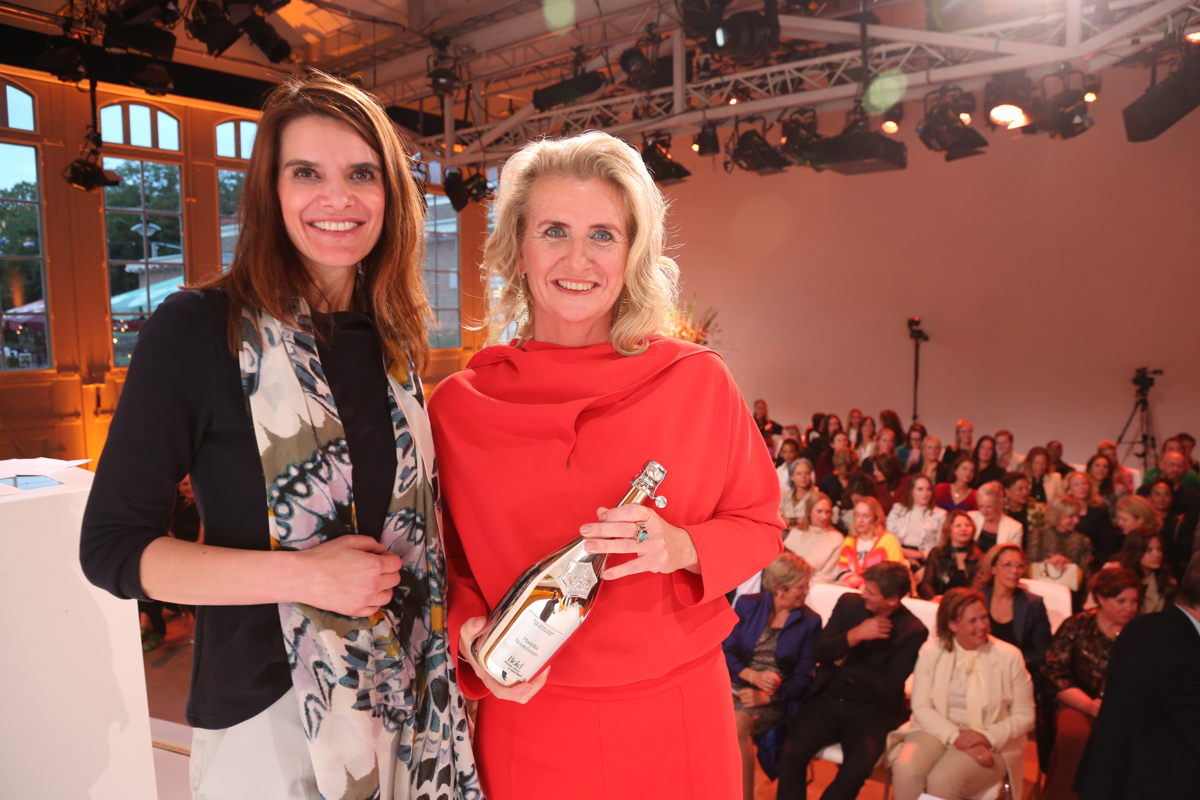 Marinka Nooteboom, business woman of the year 2022. The award was presented by Minister Barbara Visser (Infrastructure and Water Management).