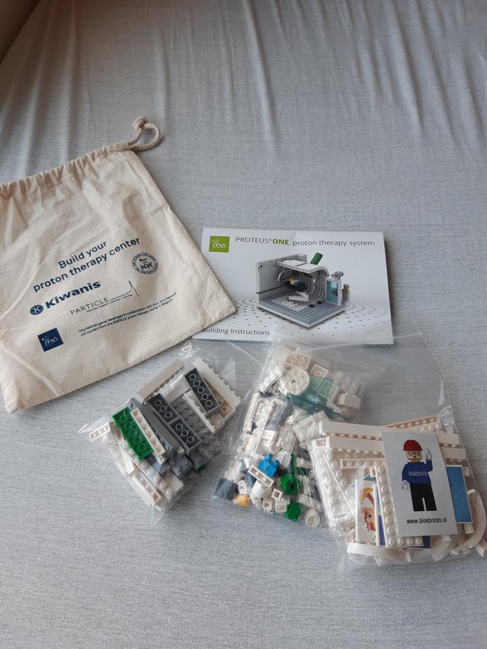 Kinderen bereiden zich voor op protontherapie met LEGO®-bouwblokjes