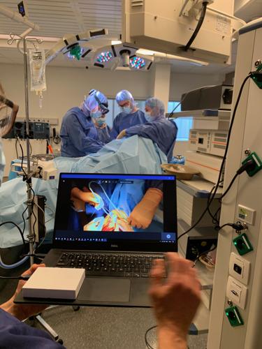 Chirurg livestreamt schouderoperatie voor studenten kinesitherapie met HoloLens.