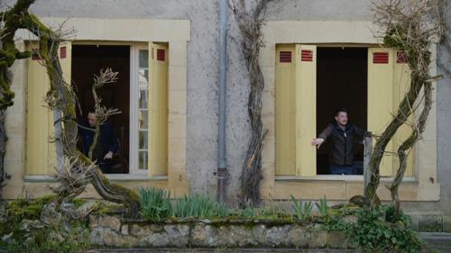 Ruud en Jan krijgen de sleutel van hun hotel in Bye Bye Belgium