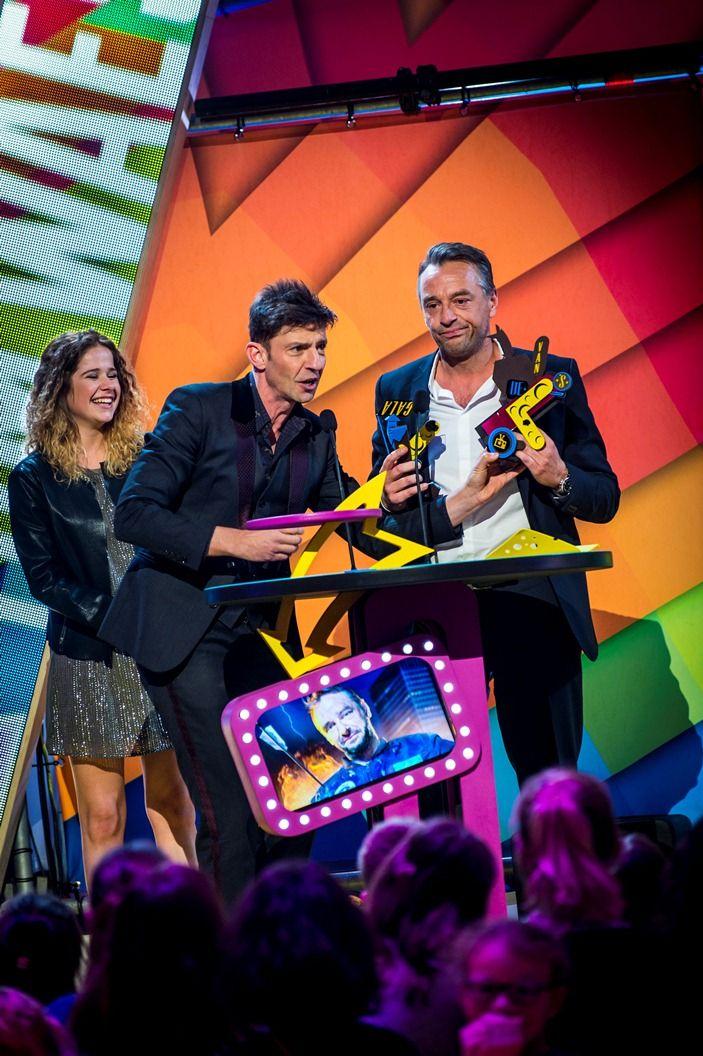 Gala van de Gouden K's 2014 - Koen Wauters, Laura Tesoro en een beteuterde Tom Waes met zijn kapotte Gouden K voor Mannelijke TV-ster van het jaar - (c) VRT-Frederik Beyens