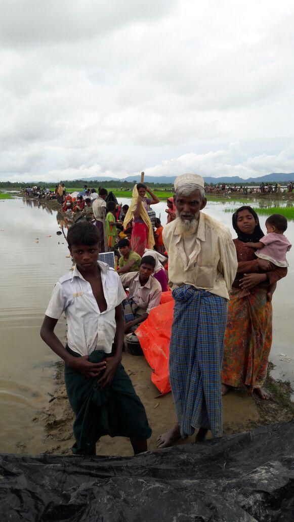 국경없는의사회 팀이 미얀마 너머 방글라데시 국경 감시초소에 대기중인 2500명을 찾아 방문했다. 난민들은 강가 부두에서 지내고 있으며, 물이 고인 웅덩이에 둘러싸여 있다. 몸을 씻거나 세탁에 사용할 수 있는 물은 이 웅덩이 물이 유일하다. 이 곳엔 평평한 땅이 없고 진흙으로 미끄러운 강가 부두뿐이다. 방수포 하나 아래, 진흙 위에 온 가족이 쭈그리고 있다. 국경없는의사회가 만난 대부분 사람들은 이 곳에서 하루나 이틀 기거하면서 국경을 넘을 방안을 찾고 있었다.상황은 심각하다. 국경없는의사회는 몸이 약해진 노인을 여러 명 봤고 미얀마에서 넘어오는 중 의사 없이 태어난 갓난아기들도 봤다. [사진=Madeleine Kingston/국경없는의사회]