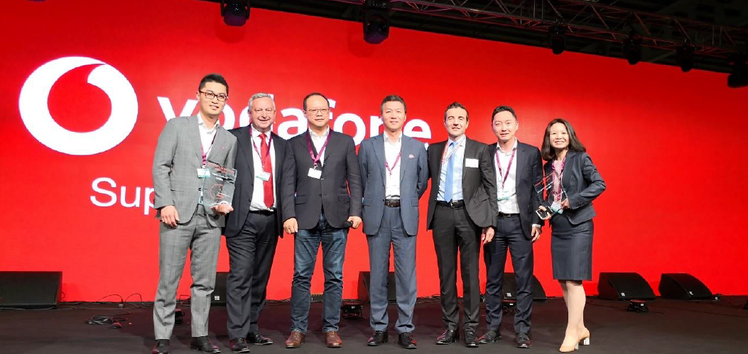 Ninian Wilson (tweede van links), Global Supply Chain Director & CEO van Vodafone Procurement Company overhandigde de award aan Vincent Pang (derde van links), President van Huawei regio West-Europe en Eric Yang (uiterst links), President van de Vodafone account bij Huawei.