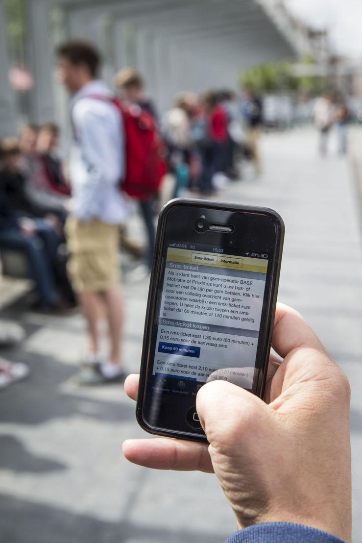 Een reiziger vraagt een sms-ticket aan.