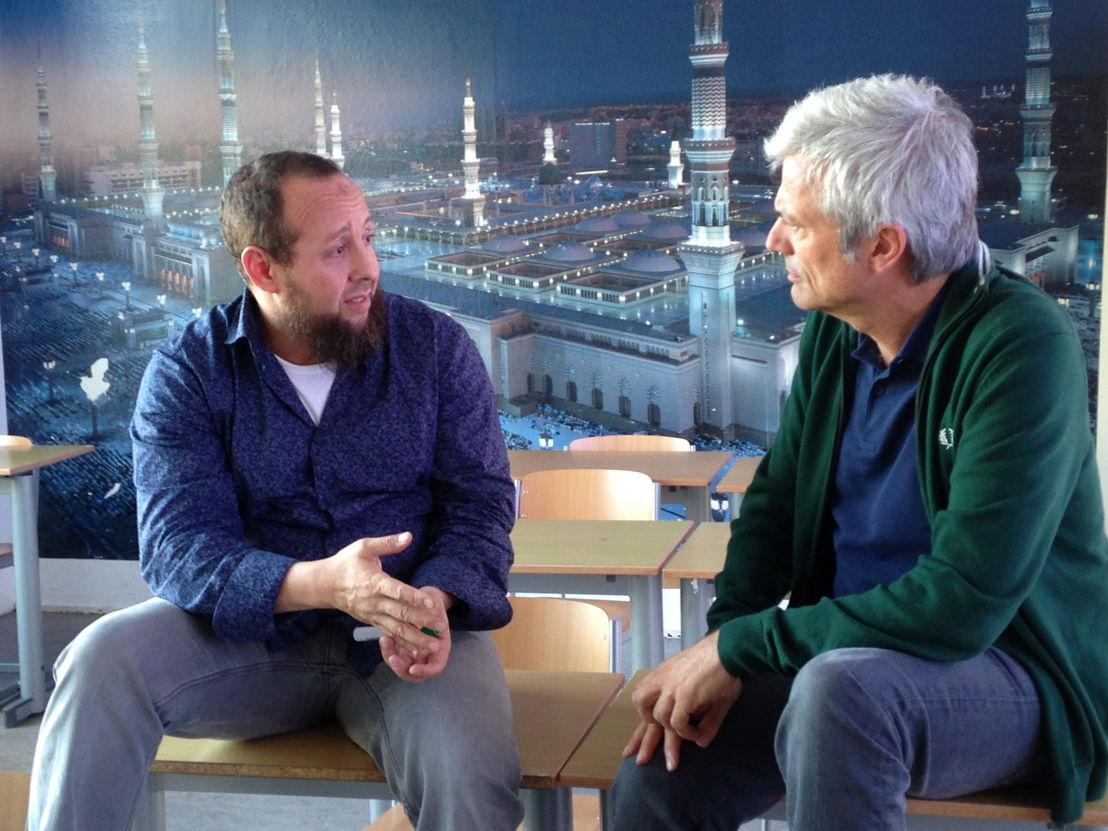 Aflevering 8: Jan met leraar Mustapha op het Avicenna college - (c) Warner Bros ITVP België