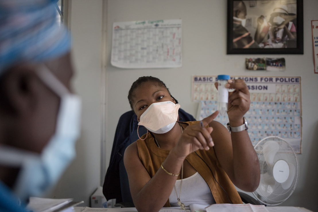 Nontobeko Magagula MoH Cough Officer is counseling a patient suspected to have TB, in the TB screening department of the MSF Matsapha clinic. Matsapha, Manzini Region, Swaziland. Photographer: Alexis Huguet