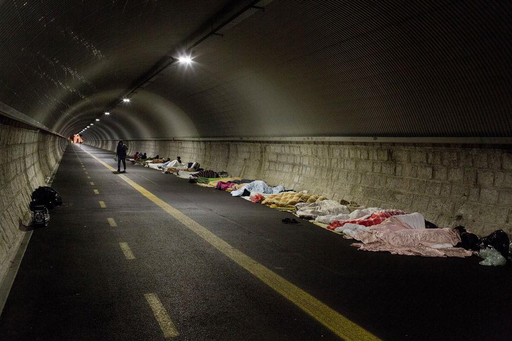 Zo'n 100 tot 150 asielzoekers van voornamelijk Pakistaanse afkomst leefden tussen augustus en november 2017 in deze tunnel in Gorizia, Italië.  © Alessandro Penso/Maps