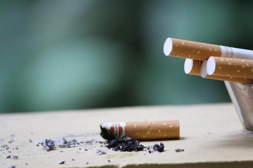 Plus d'1 travailleur sur 3 continue à fumer en dépit d'une interdiction en vigueur depuis plus de 10 ans