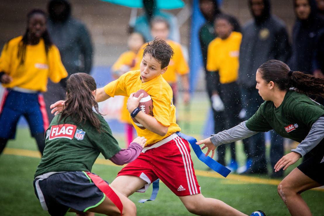 Des participants au tournoi régional de flag-football LCF/NFL de Montréal, présenté samedi au Complexe sportif Claude-Robilllard. Crédit : Dominick Gravel / LCF.