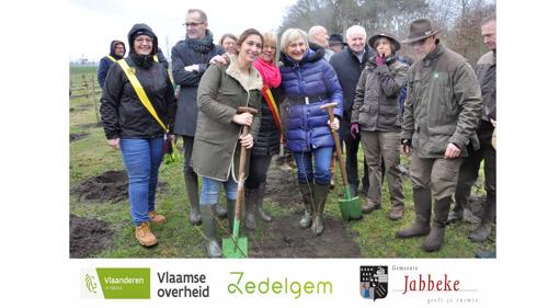 Ministers Demir en Crevits maken handen mee vuil: 4.000 extra bomen en struiken in Zedelgem