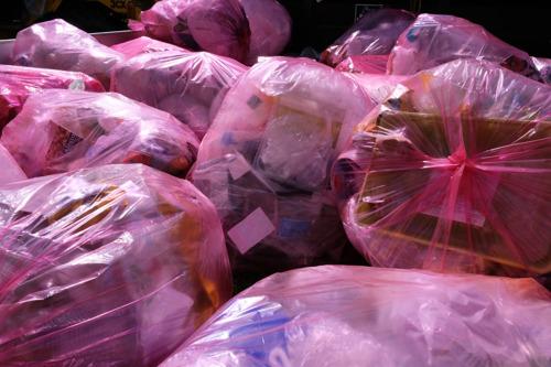 Leuven verdubbelt ophalingen roze zak