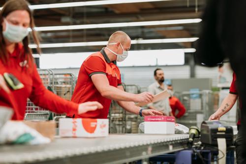 Par rapport au confinement lié à la COVID-19 du T2 2020, bpost réalise un excellent 2ième trimestre grâce aux revenus générés par le courrier et à un e-commerce soutenu en Europe