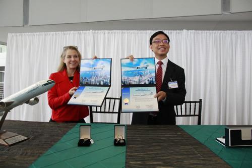 Boeing und Cathay Pacific feiern Auslieferung der 70. Boeing B777 - Cathay grösster B777-Flottenbetreiber in Asien