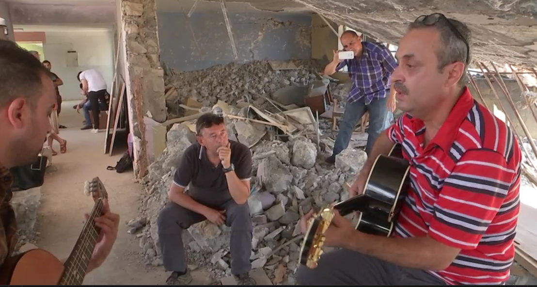 Rudi Vranckx luistert naar Imagine in Mosul - (c) VRT