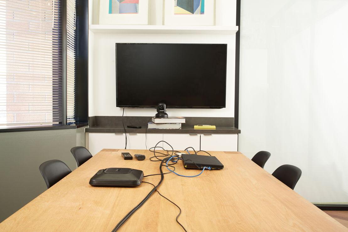 Un sala de video conferencias sin el equipo adecuado puede ser muy problemática.