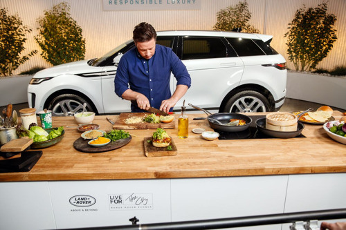 JAMIE OLIVER GEEFT LONDENSE BRICK LANE EXTRA PIT IN DE NEW RANGE ROVER EVOQUE