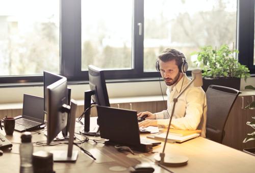 Bijna helft van professionals kijkt er naar uit om terug naar kantoor te gaan