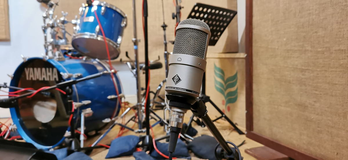 The Neumann M 147 Tube is used to capture the body of an instrument