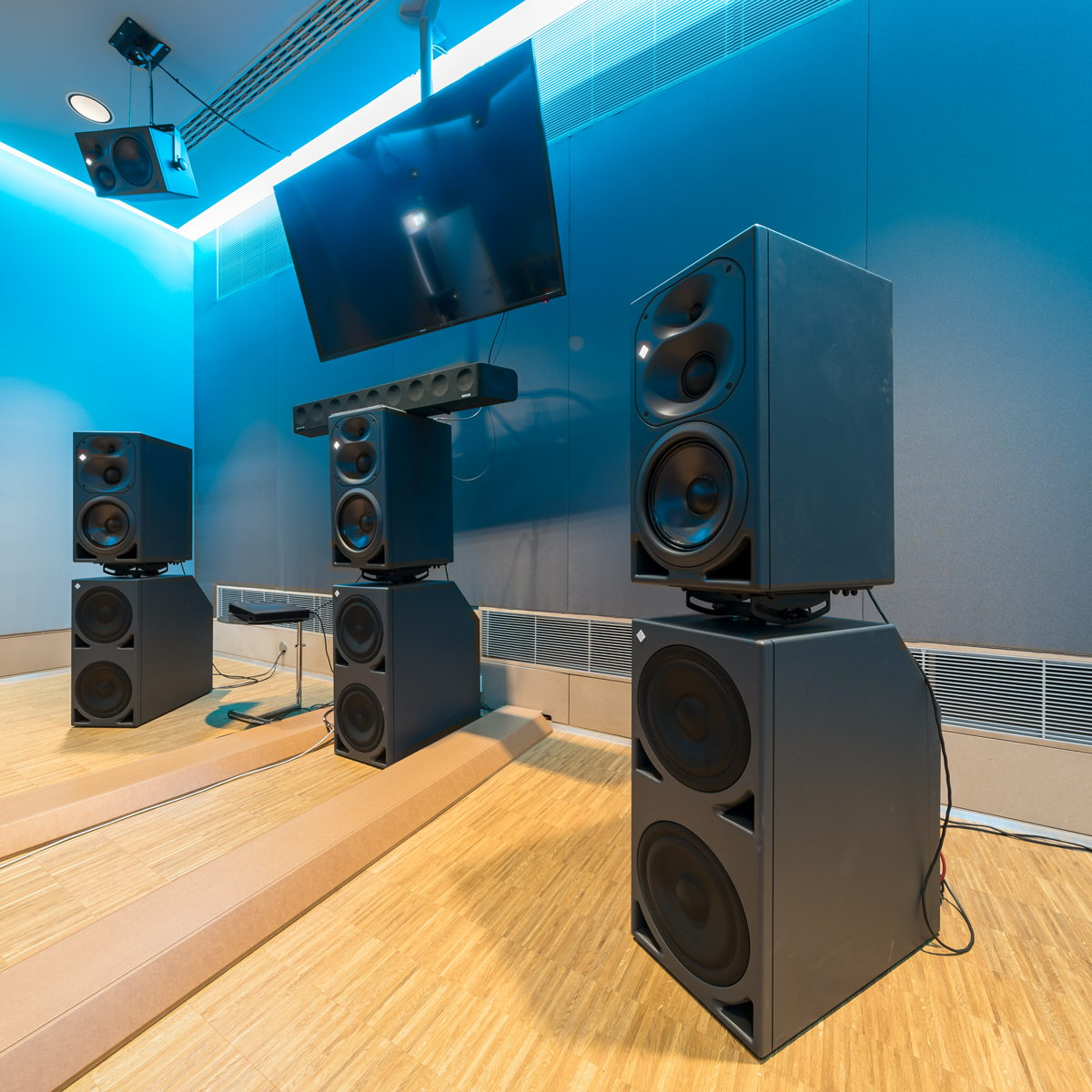 The speakers placed at ear level in the 3D control room include three Neumann KH 420 tri-amplified mid-field studio monitors (L/C/R). The bass range (.1) is reproduced by three powerful Neumann KH 870 subwoofers