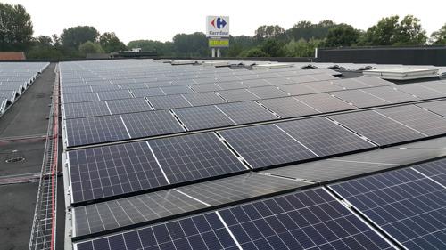 Zonnepanelen op het dak van de Carrefour Hypermarkt in Koksijde