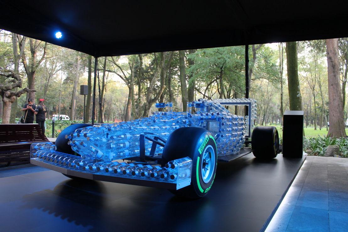 Réplica especial de un carro de F1con botellas de Tequila Casa Dragones