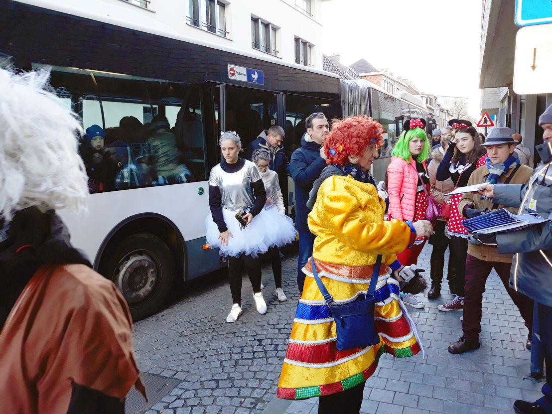 Feestvierders aan de bus