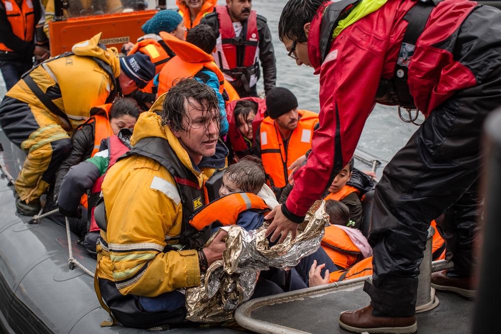 지난해 12월 그리스 레스보스 섬 인근 해역에서 구조 활동을 펼치고 있는 국경없는의사회 팀. 이 날 구조된 사람은 모두 83명이었으며, 80세 노인 한 명과 9개월 아기 한 명이 물에<br/> 빠져 숨졌다. Will Rose/MSF