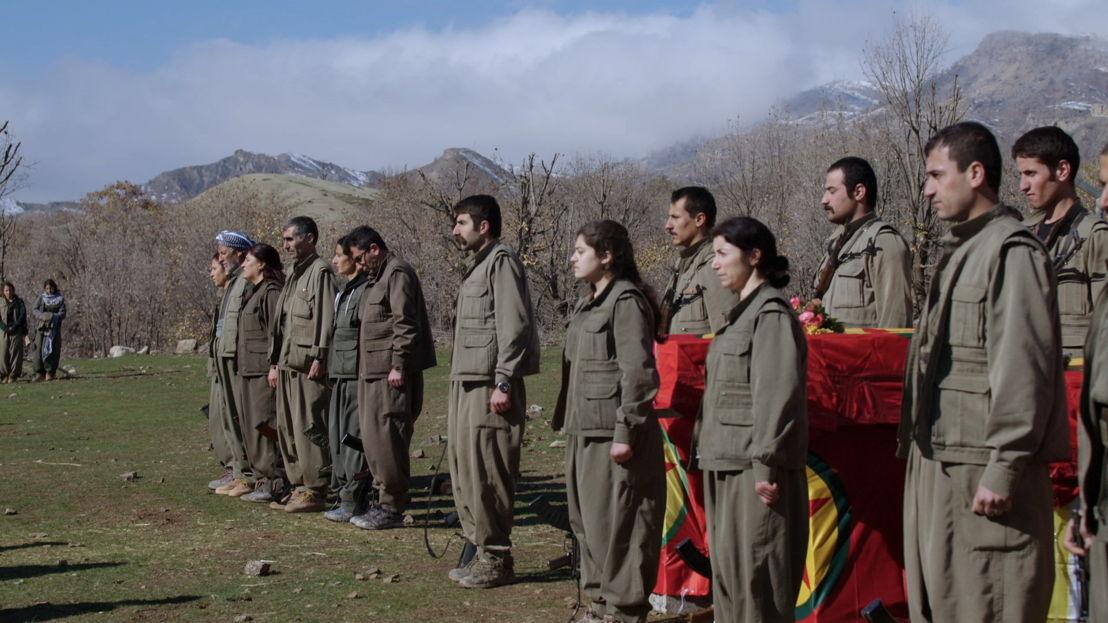 Amazones: aflevering 3 - begrafenis PKK-strijder - (c) VRT
