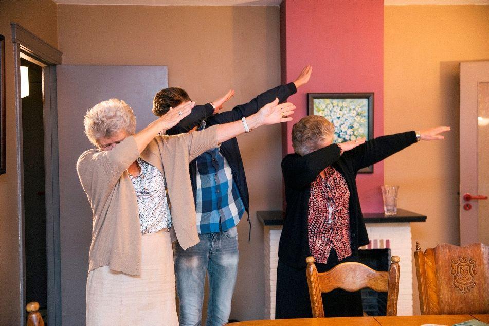 4eVeR - Antoinette en Bernadette en Robin doen een dab - (c) Robbie Depuydt