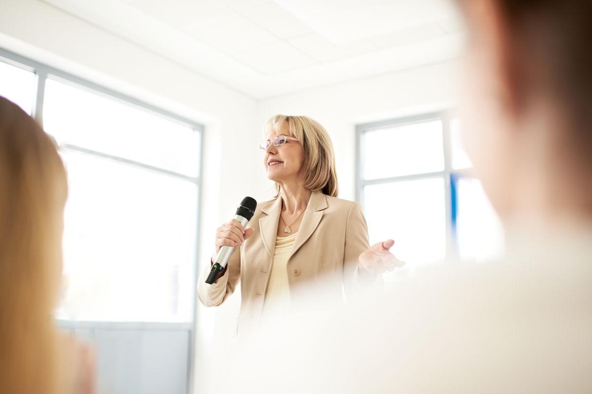 Ручной, петличный или головной микрофоны - преподаватель может свободно передвигаться по аудитории благодаря беспроводному соединению