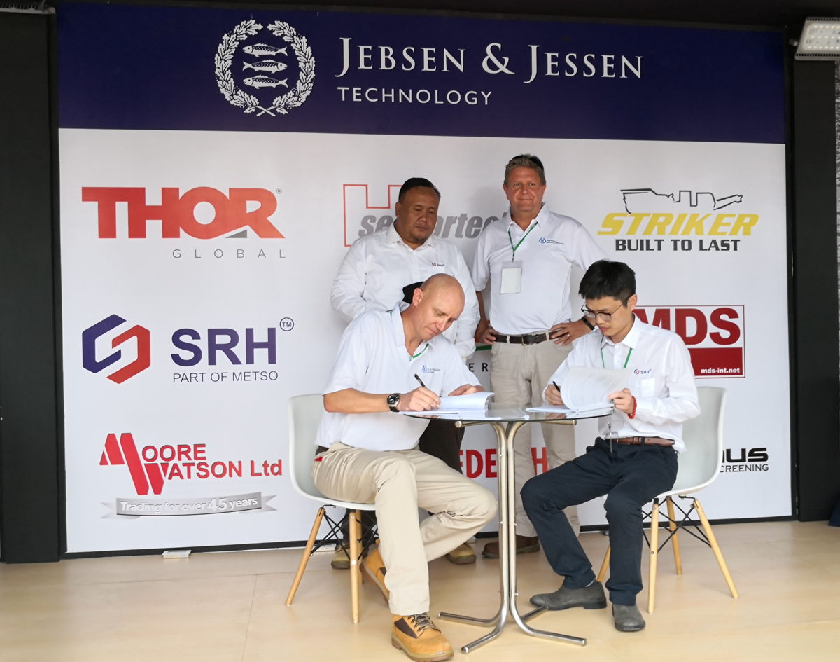 Michael Nielsen, President Director of Jebsen & Jessen Technology Indonesia signs partnership with David Luo, Overseas Sales Manager of Shaorui Heavy Industries