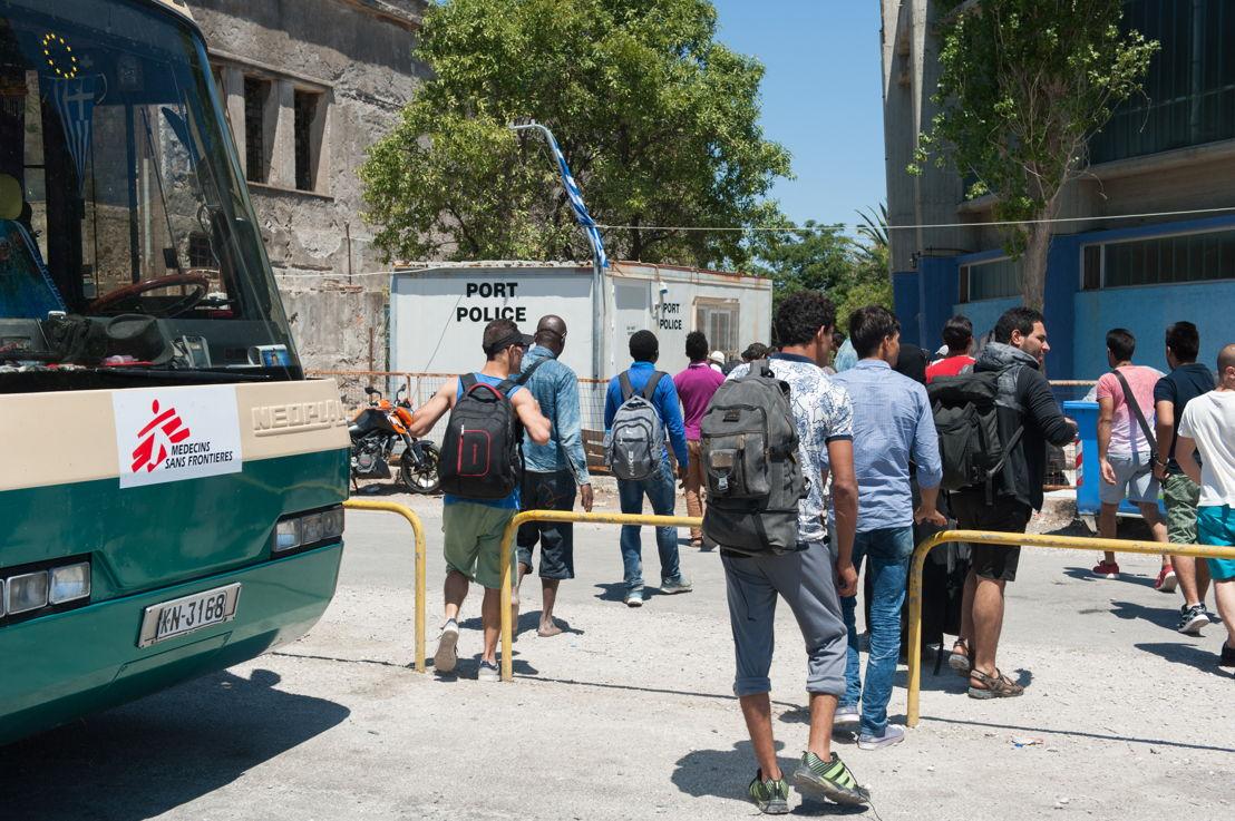 Een bus voert de migranten naar het registratiecentrum in Mitilini © Georgios Makkas
